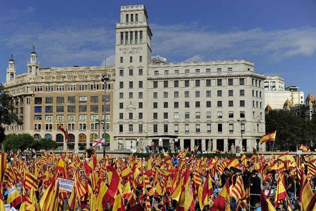 En Barcelona, miles de personas marchan contra la independencia
